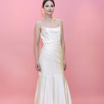 Fines bretelles et léger drapé caractérisent cette robe de mariée Badgley Mischka 2013 ultra fluide.