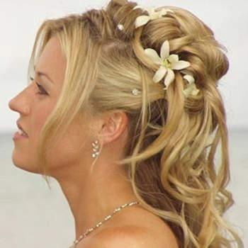 Un visage dégagé, des cheveux en arrière et un effet très naturel, voilà qui sublimera votre allure générale le jour de votre mariage. Crédits : marchesposi.it