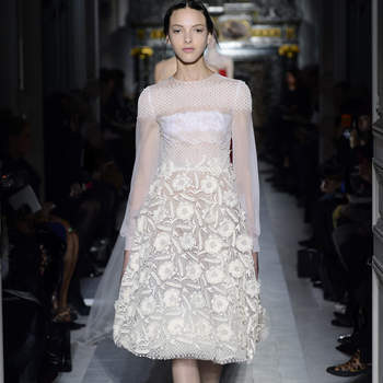 Este vestido con falda de flores es una buena opción para ceremonias civiles o con pocos invitados. Foto: Valentino.