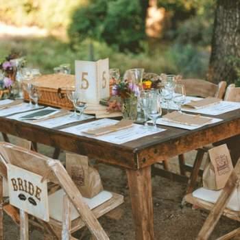 Menus, marque-places en papier recyclé pour un mariage en petit comité. Crédit: One Love Photo