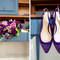 Zapatos de salón en ante morado, con cristales en la puntera. Foto: Once Like a Spark Photography