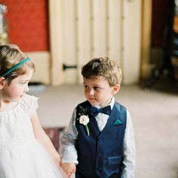 Niños esperando la entrada de la novia.
