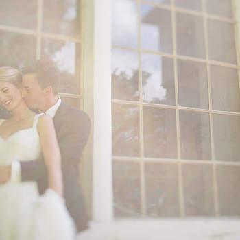 """Wir fotografieren Hochzeiten in ganz Europa und genießen jeden dieser besonderen Tage mit unseren Kunden. Wir verbinden Fotojournalismus und moderne Hochzeitsfotografie und erzählen damit die einzigartigen Liebesgeschichten unserer Hochzeitspaare von der Verlobung bis zum letzten Hochzeitstanz.   Unsere Arbeit ist das Ergebnis einer gemeinsamen Leistung – wir geben Euch die Ruhe und die Zeit und ihr uns die kleinen Momente zwischen Liebenden: Das kleine Lächeln vor einem Kuss. Der besondere Blick, der dem anderen sagt, """"Ich bin so froh, dass ich dich habe."""" Alles andere kommt beim Fotoshoot ganz von alleine.   Für uns ist es wichtig, eine gute und anhaltende Verbindung mit unseren Pärchen aufzubauen. Wir nehmen nur so viele Hochzeiten an, dass wir jedem Hochzeitspaar die volle Aufmerksamkeit und Zeit widmen können, die es auch verdient. Damit möchten wir die Erwartungen unserer Paare in Punkto Qualität und Professionalität stets übertreffen."""