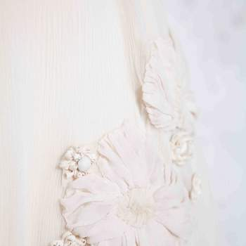 Dettaglio lavorazione abito da sposa