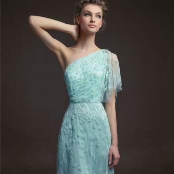 Vestido curto para casamentos com manga asimétrica de Aire cor azul turquesa e detalhes em pedraria.
