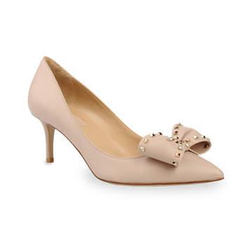 Chaussures pointues à talons moyens et noeud papillon à la pointe. Photo : Valentino