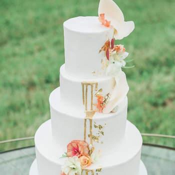 Inspiração para estilo Drip Cake clássico em bolos de casamento de 3 andares | Créditos: Christy McCarter Photography