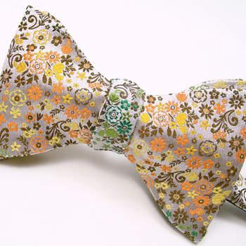 Um papillon é uma alternativa muito elegante à gravata, e pode mesmo ser um pormenor distintivo, um apontamento de bom humor e de ousadia. Pronto para ser um noivo às flores?