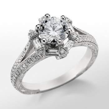 Espectacular anillo de compromiso de Monique Lhuillier, de inspiración floral y con diamantes el talla pavé y baguette. Foto: Blue Nile