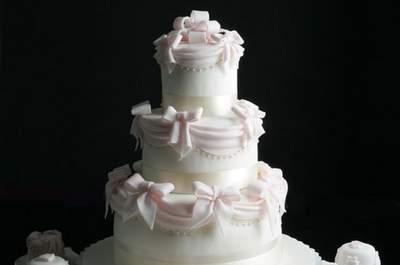 Una splendida wedding cake di Renato Ardovino, con minicakes in abbinamento. Foto via letortedirenato.it