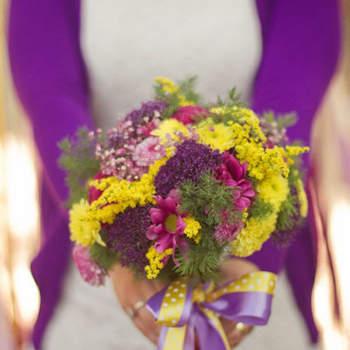 Des couleurs flashy dans le bouquet de mariée, rien de tel pour casser avec le blanc de la robe de mariée. Photo : Instante Fotografia