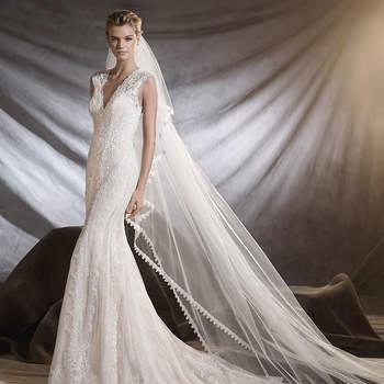 Um bonito vestido de noiva de chantilly com detalhes de guipura que fará as delícias da noiva romântica. Um favorecedor modelo de corte baixo, decote em bico e silhueta sereia que embeleza as formas femininas. Um clássico inspirador.