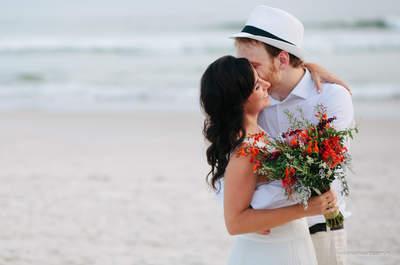 Casamento na praia de Beatriz & Oliver: decoração rústica e tropical à beira-mar!
