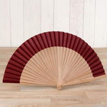 Abanicos de tela y madera burdeos- Compra en The Wedding Shop