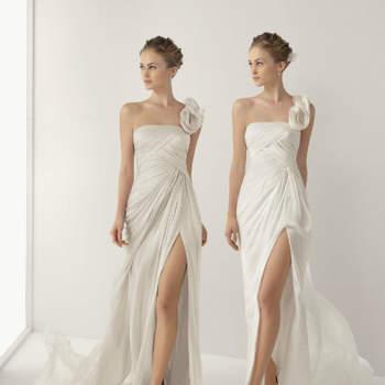 Dizer que a colecção de vestidos de noiva Soft by Rosa Clará prima pela simplicidade é dizer muito pouco. Até porque, vejamos, o que é, afinal, simplicidade? Bem, neste contexto, é a forma de chegar a um vestido de noiva perfeito com poucas traços, mas traços nos lugares exactos. Um festim de requinte e delicadeza.
