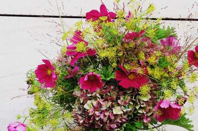 Des bouquets frais et bucoliques dans l'air du temps chez l'Atelier Carmin