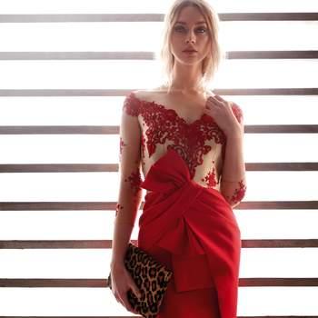 Vestido de fiesta color rojo que juega con flores bordadas en color rojo, transparencias y falda cruzada.