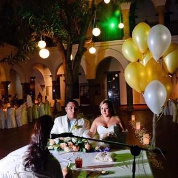 Contratas el espacio abierto de un salón de bodas y es allí donde se realiza la celebración y la fiesta.