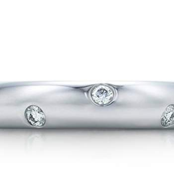 Anello in platino con diamanti incastonati. Tiffany & Co.