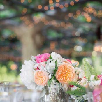 Centro de flores con jarrón plateado. Credits: Lori Paladino Photography