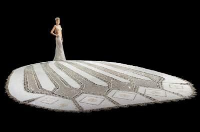 Per la serie 'il peso del matrimonio': ecco un abito da sposa da Guinness. Hai idea di quanto pesa??