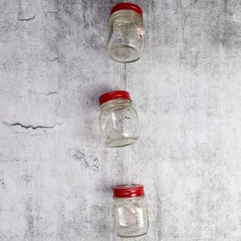 Guirnalda con jarras de cristal con tapa. Cada jarra lleva un led blanco dentro. Credits: Fiesta fácil