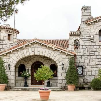 En la Sierra de Guadarrama, a 45 minutos del centro de Madrid, encontraréis este lugar para vuestra boda, al que le rodea un entorno agradable, tranquilo y elegante para el trabajo y exclusivo por su gastronomía y servicio.