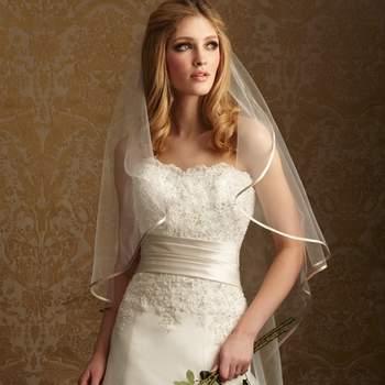 Un fabuloso vestido de organza y satén suave. El corpiño strapless tiene apliques y cristales con un ligero escote.