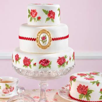 Pastel de inspiración años 50 con rosas pintadas a mano con colorantes comestibles y joya de pasta de azúcar que recrea un estilo nostálgico con un toque retro y romántico.