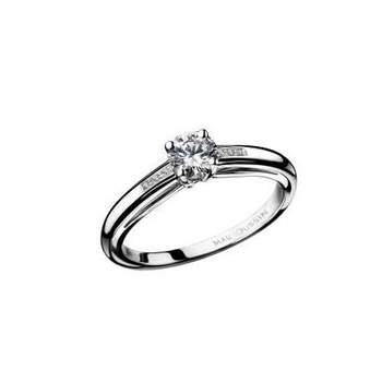 Bague solitaire sertie 4 griffes d'un diamant rond de 0,30 carat. Sa monture munie d'un pavage diamants (0,02 carat) met en avant le diamant de taille brillant de couleur H et de pureté SI. Source : muboussin.fr