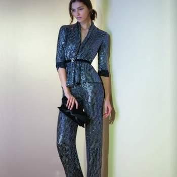 Elegantissimo il tailleur pantalone grigio effetto metal con cintura in vita per Giorgio Armani. Foto: www.armani.com