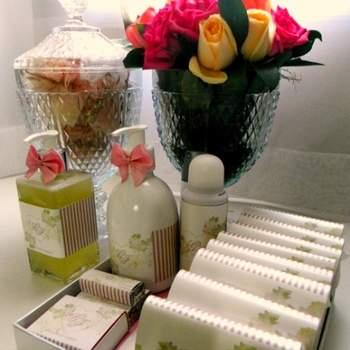 Quando casamos queremos mostrar todo o carinho com nossos convidados. E o kit toilette é uma forma de cuidado especial com eles e deve seguir o estilo e decoração da festa. Veja estas inspirações e monte seu kit ideal!