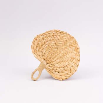 Abanico pequeño de mimbre tejido- Compra en The Wedding Shop