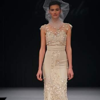 Robe de mariée dans les tons beige au tombé impeccable. Collection Badgley Mischka Automne 2012