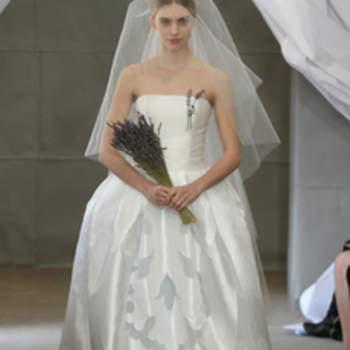 Robe bustier Carolina Herrera 2013. Volume et imprimé léger caractérisent cette robe de mariée.