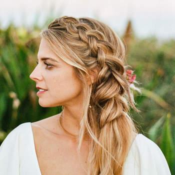 Penteado para noiva com trança lateral | Créditos: flora + fauna