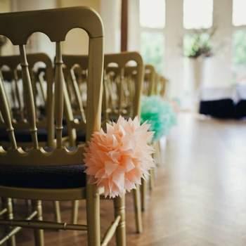 Les pompons sont une bonne façon de donner une touche colorée sans pour autant mettre des fleurs. Crédit: 2Rings Trouwfoto
