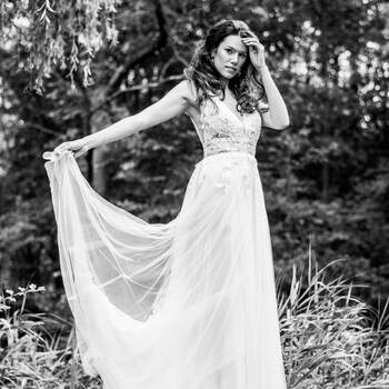 Foto: Rika Conradi |  via ANKii | My VINTAGE BOUDOIR Jurk: Randy Fenoli | Jewelry: Abrazi Jewelry | Schoenen: Rachel Simpson shoes