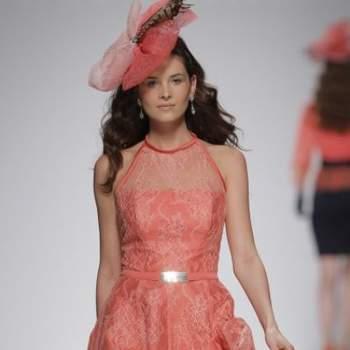 Короткое вечернее платье коралового цвета с узким ремешком в цвет платья.