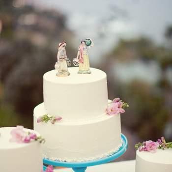 Decisamente non convenzionali questi sposi sopra alla torta nuziali in vesti quasi rurali