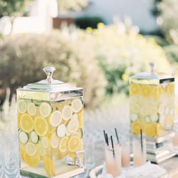 Dispensadores de agua con limón. Credits: Jen Huang