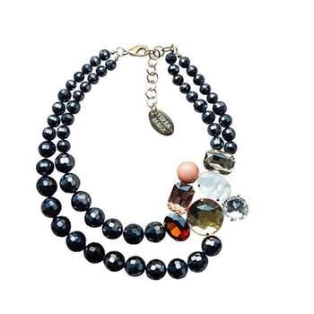 Perlas de cristal y broche con piedras de colores. Credits: Teria Yabar