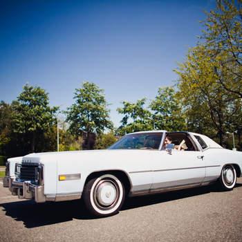 Elegante vehículo para una boda antigua. Foto: 2Rings Trouwfotografie y Feestudio