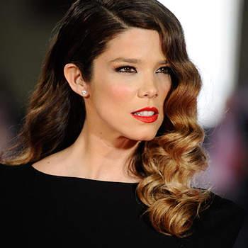 Espectacular con un look años 40, Juana Acosta acudió a los Goya con vestido negro ceñido, labios rojos y melena muy marcada.