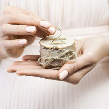 Porta anillos tronco de madera- Compra en The Wedding Shop