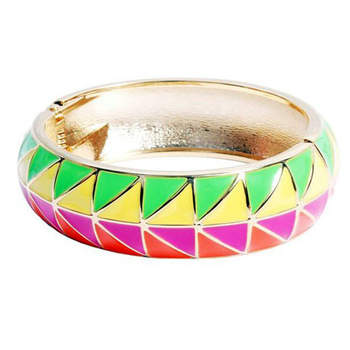 Gaieté assurée avec ce bracelet aux couleurs vives. Rien de tel pour accessoiriser votre robe de mariée blanche ! Source : Aline-In-Wonderland
