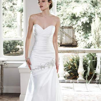 """Glamouröser Satin-Stoff lassen die Linie der Braut in diesem figurbetonten Brautkleid noch besser zur Geltung kommen. Asymmetrisch angebrachte Swarosvki-Stickereien sind der letzte Schliff.  <a href=""""http://www.maggiesottero.com/dress.aspx?style=5MW707"""" target=""""_blank"""">Maggie Sottero</a>"""
