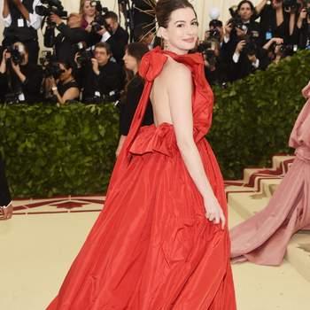 Anne Hathaway em Valentino| Foto via IG @annehathawayfacts