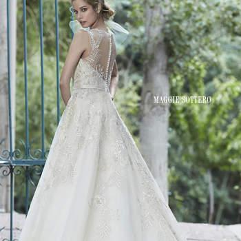 """Es el vestido que representa la felicidad nupcial. Los cristales Swarovski acentúan el corpiño con escote en malla ilusión y el encaje aporta un toque de romanticismo al look de novia. Acabado con botones de perla sobre la cremallera y el cierre elástico interior.  <a href=""""http://www.maggiesottero.com/dress.aspx?style=5MS021"""" target=""""_blank"""">Maggie Sottero Spring 2015</a>"""