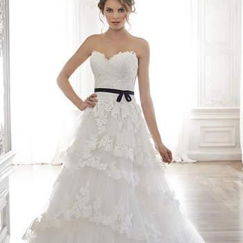 """Dulce y femenino. Así es este precioso vestido de tul y encaje, con escote corazón romántico. Las capas de tul y encaje forrado derivan en una falda voluminosa, y una cinta opcional adorna la cintura. Acabado con botones cubriendo el cierre de cremallera y el corsé interno.   <a href=""""http://www.maggiesottero.com/dress.aspx?style=5MW127"""" target=""""_blank"""">Maggie Sottero Spring 2015</a>"""